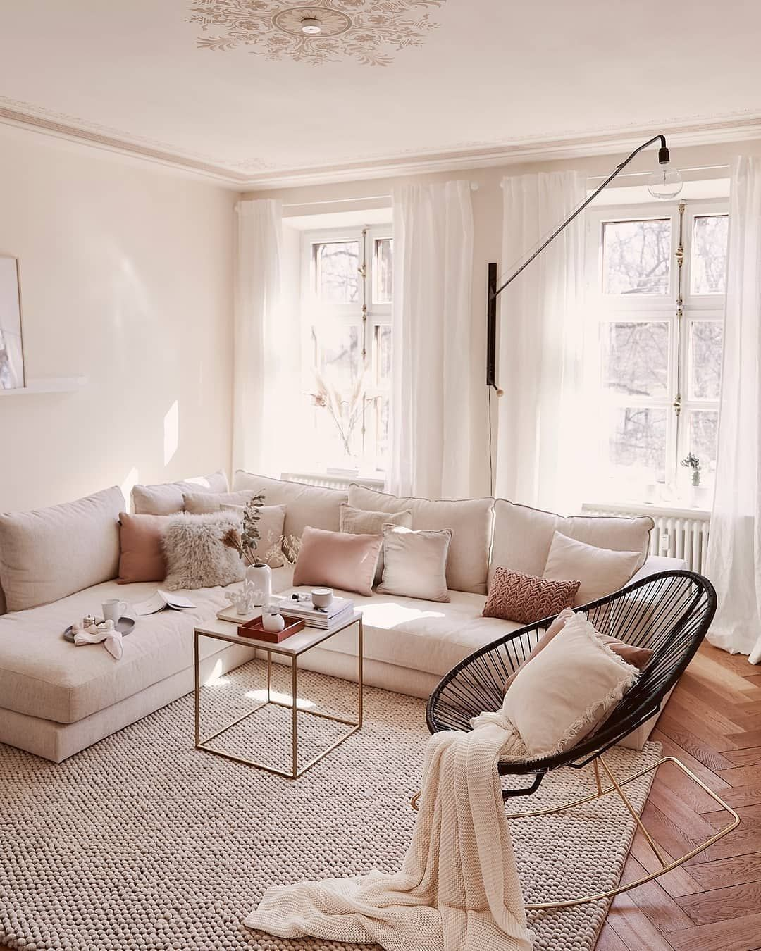 Lo stile glam che amerai! Il salotto è il luogo della casa dove ci rilassiamo, ma anche dove accogliamo gli ospiti. Se vuoi creare un look raffinato ma accogliente, scegli materiali morbidi come il velluto e le pellicce. Dai un tocco di eleganza con il colore oro e non dimenticare una comoda sedia a dondolo! // Divano Angolare Moderno Rosa Grigio Poltrona Idee Arredo Arredamento Interior Design Shabby Elegante #salotto #interiordesign #stoelen
