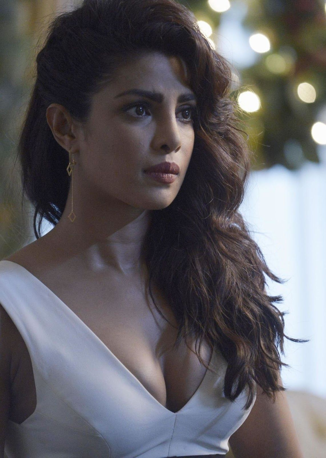 Priyanka Clevage Show From Tv Flick Quantico