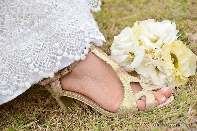 Novia: Rosario Savastano Zapatos: Laila Frank. #LailaFrank #shoes #design  #party #Bride #Bridal #Wedding #novia #boda #casamiento #zapato #tacos #elegant #style #Love
