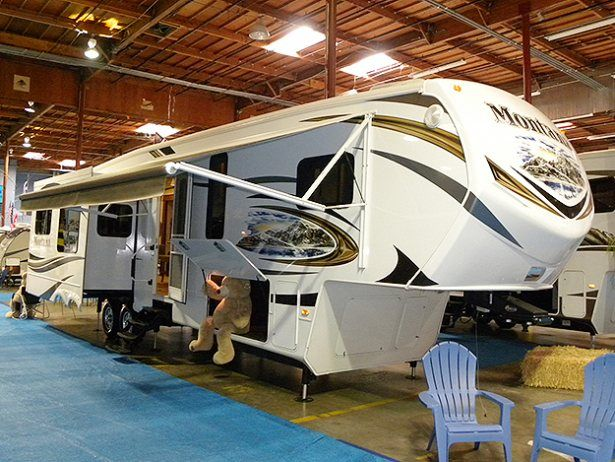 Looking For A Fifth Wheel? Look At This Roomy Montana