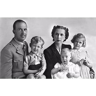 książę koronny Włoch Umberto i księżna koronna Marie-Jose oraz ich dzieci: książę Wiktor Emmanuel [na kolanach ojca], księżniczka Maria Gabriella i księżniczka Maria Pia [stoi]