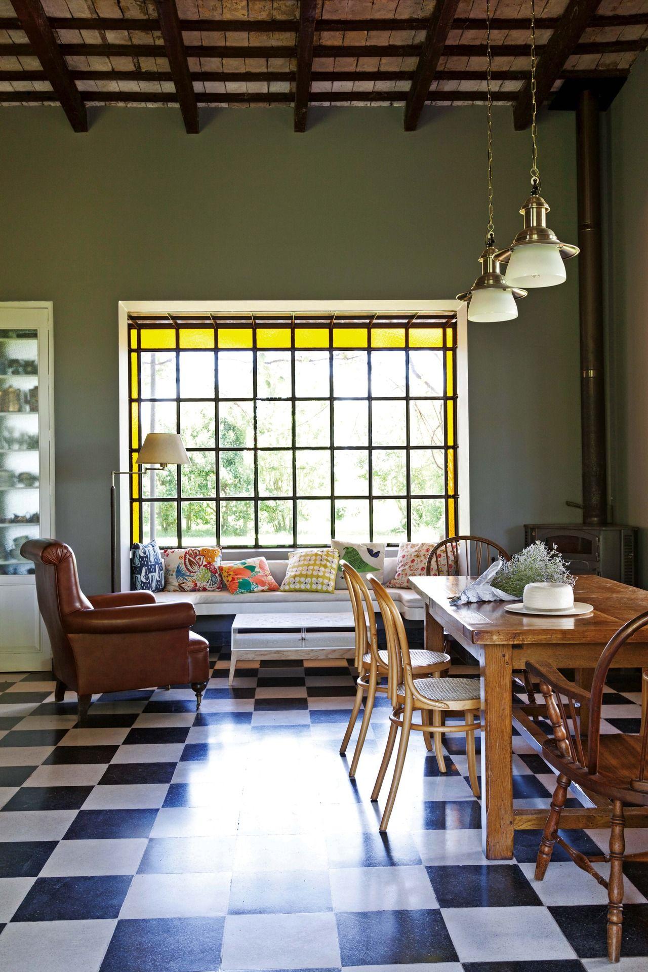 Una casa en el campo con mucho diseño   Grandes ventanales ...