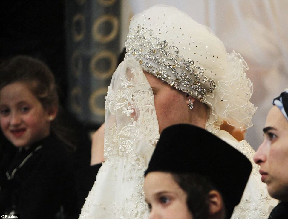 Hasidic Bride Marrying Into The Belzer Dynasty Thats One Intense Veil And Hat Combination