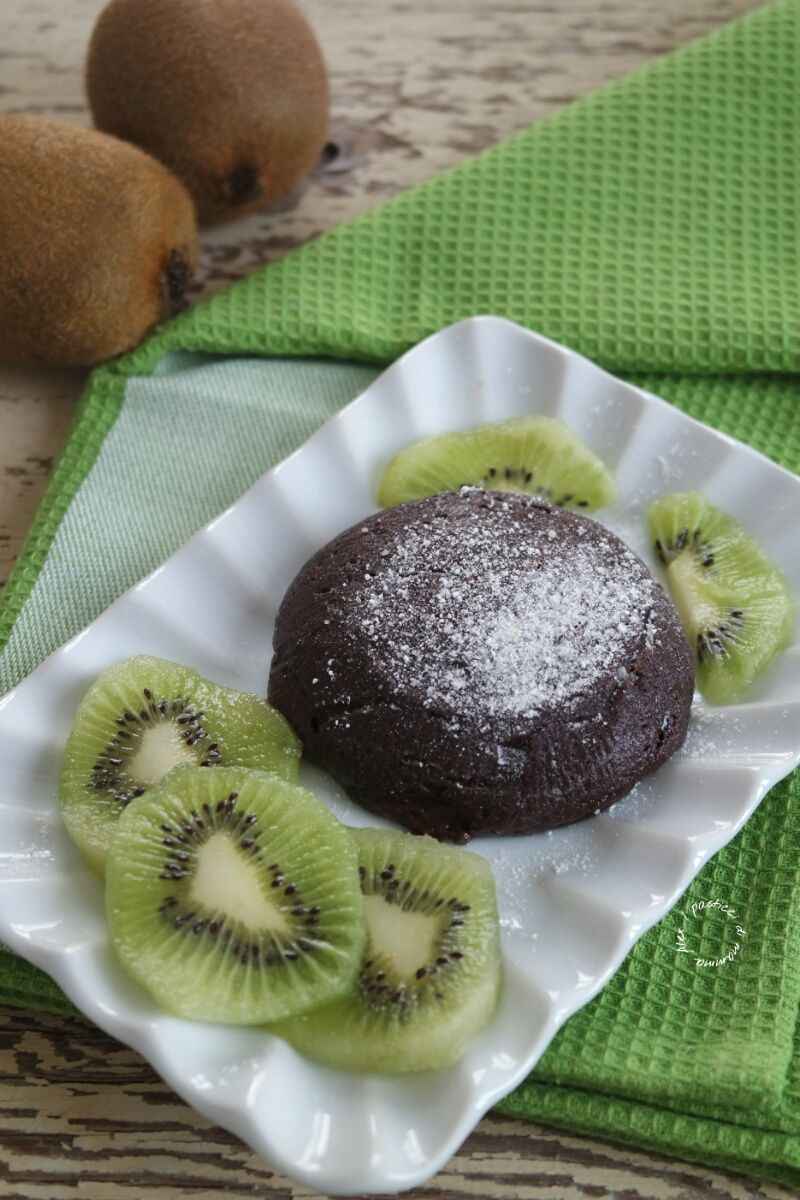 Tortino al cioccolato con cuore fondente e kiwi | I pasticci di mamma Alex