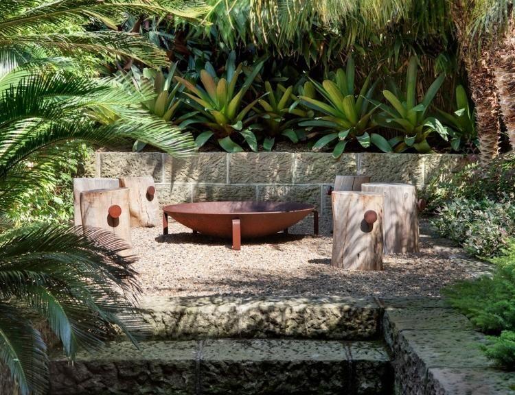 Wunderbar Baumstamm Hocker Um Feuerstelle Aus Cortenstahl Und Viele Tropische Pflanzen