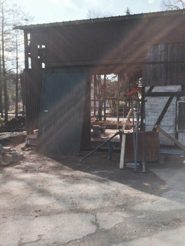 Das Tor habe ich erhalten, so habe ich Holz gespart und ist auch noch ein Hingucker. Dazu später mehr.