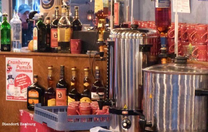 Glühwein en Punsch, het hoort erbij op een Weihnachtsmarkt, om niet te zeggen dat de kerstmarkten een goed excuus zijn om 's middags al aan de wijn te gaan. Daarom vandaag hier op Standort Hamburg een kleine, zeer bescheiden Glühwein- en Punschtest: