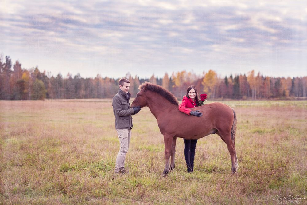 Romantic engagement photography with a horse | Mariella Yletyinen Photography