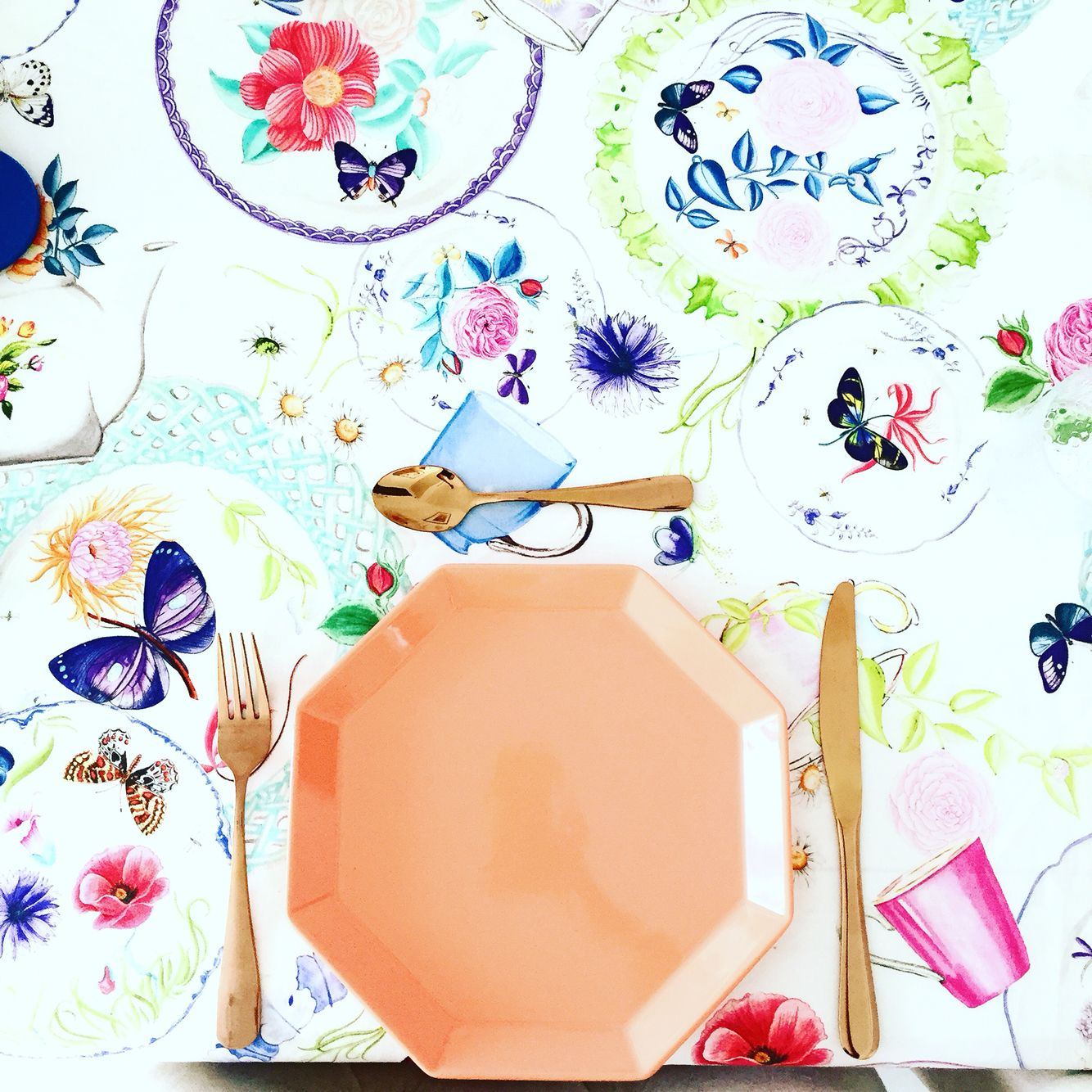 Sunday Brunch Table setting! Keeping it bright and colourful 🌸🌼🌺