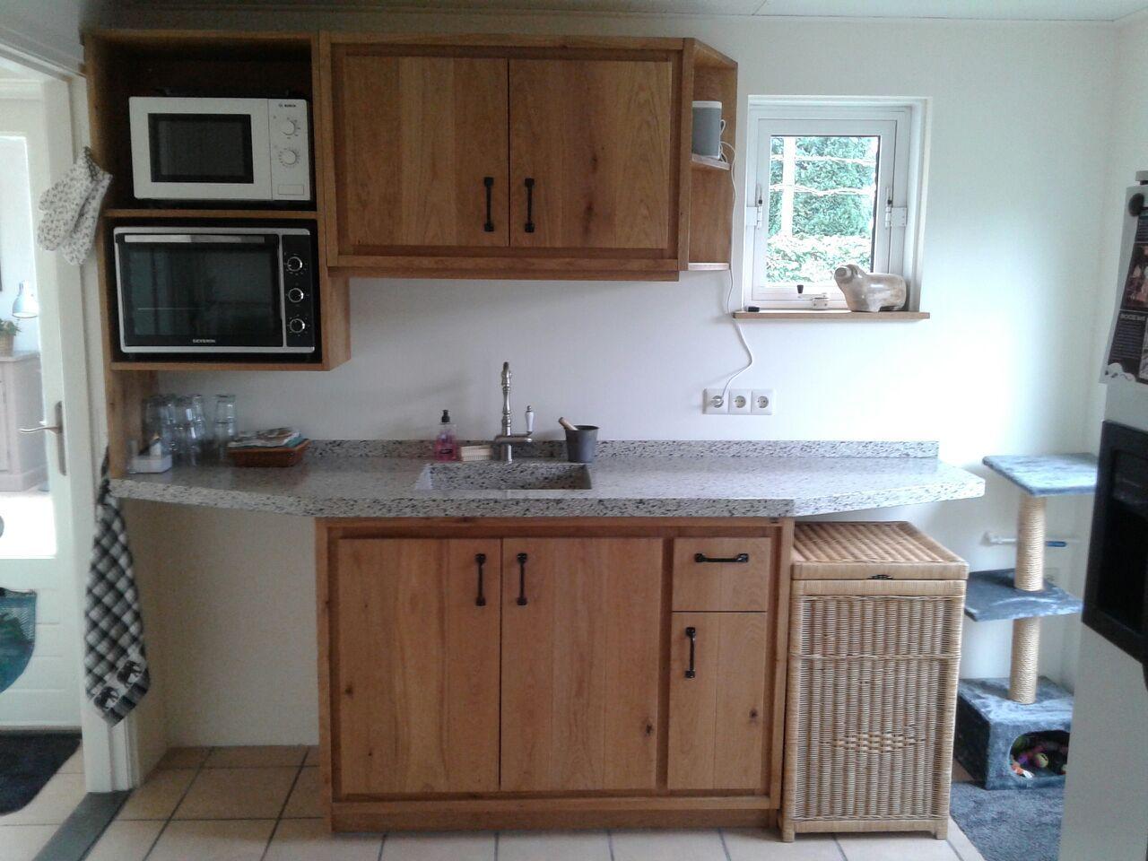 Eiken keuken op maat gemaakt. Met terrazzo blad en getegelde spoelbak. Gemaakt door houtsmederij.