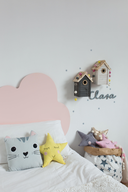 41d20fccf Dormitorio de niña decorado con cabecero infantil nube rosa. Muchos cojines  bonitos de animalitos y