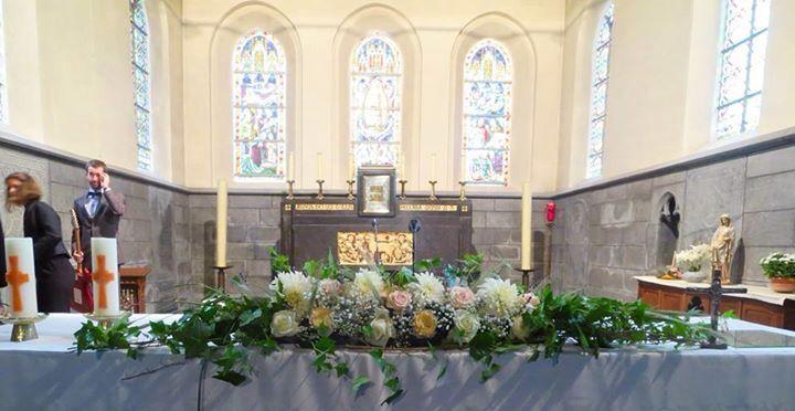 Decoration fleurs autel d 39 glise th me champ tre pastel rose jaune mariage pinterest - Decoration eglise mariage champetre ...
