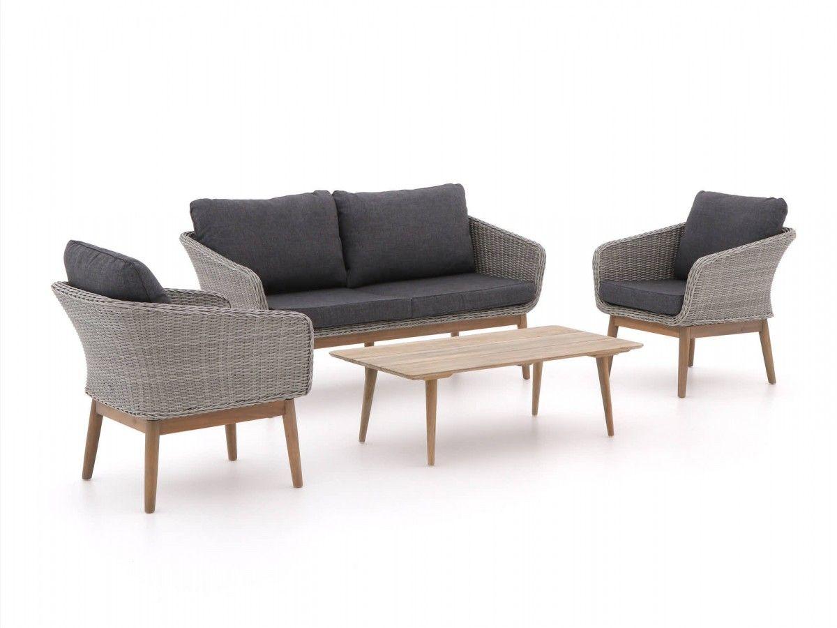 Hippe stoel bank loungeset van wicker op smalle houten poten