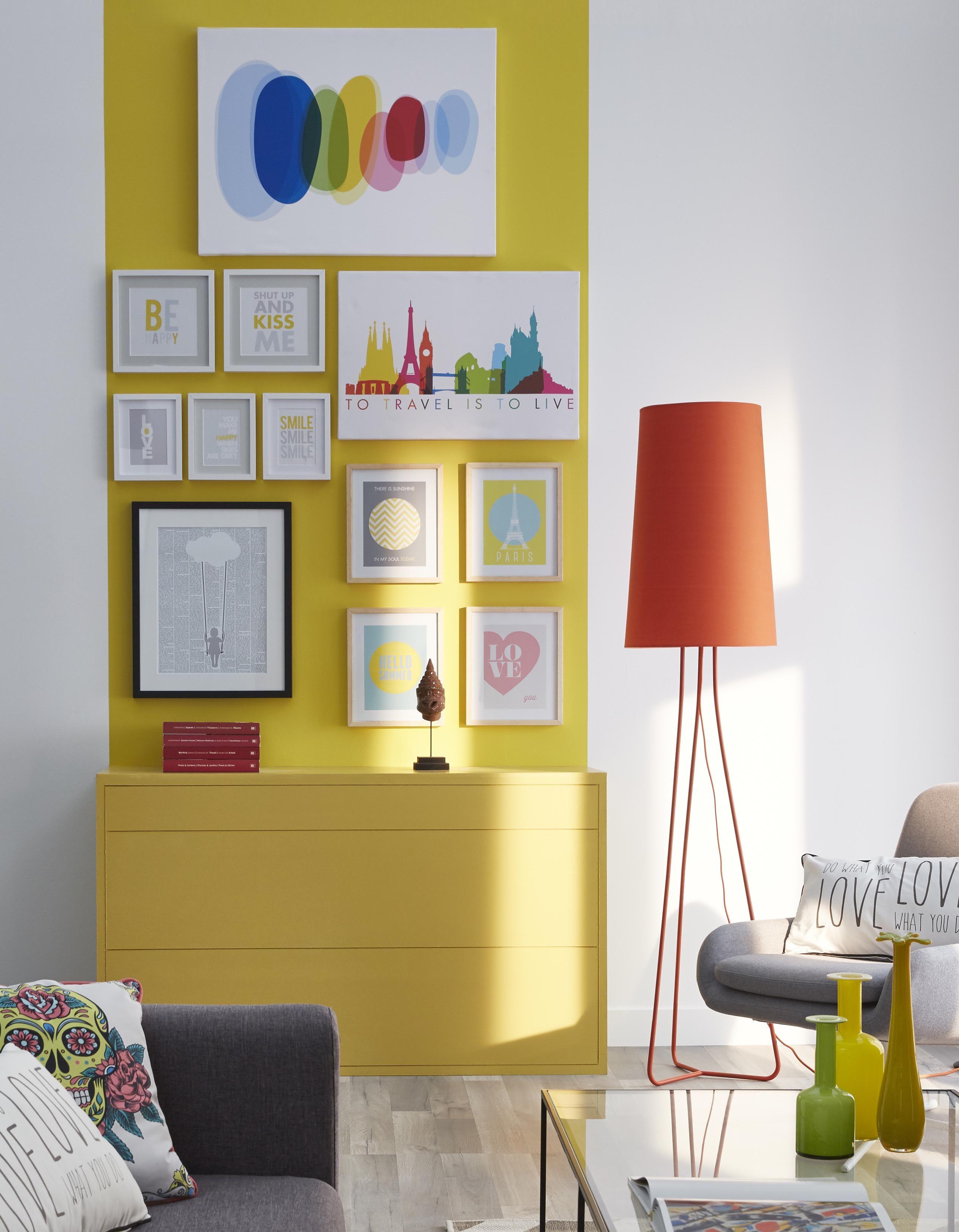 On fait entrer les couleurs dans le salon ! Le mur jaune ...