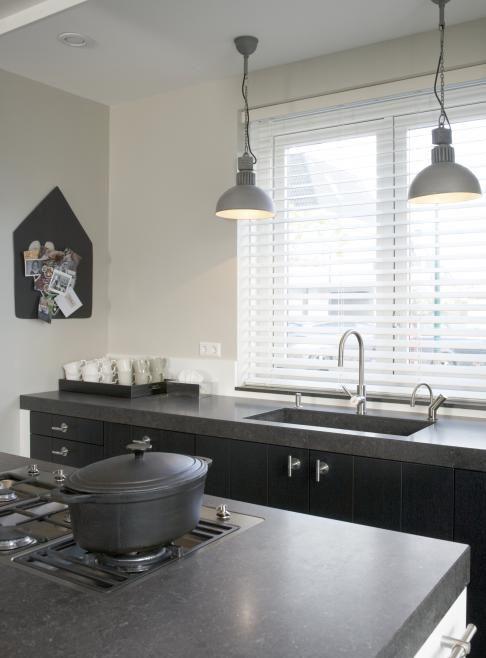 Witte houten jaloezie n en mooie hanglampen boven het aanrecht keuken pinterest witte - Winkel raam keuken ...