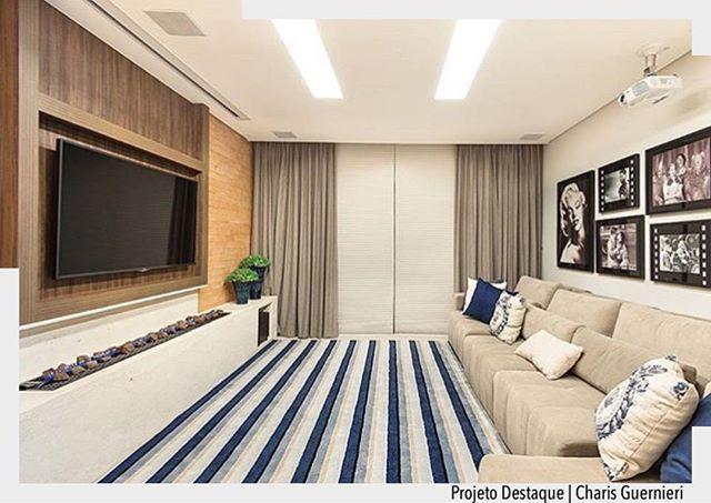 Ambiente convidativo para um bom filme. Espaço e conforto aliados ao mobiliário adequado para um Home . o tapete listrado deixou a sala mais descontraída.  Arquiteturade❤️ #arquiteturadecoracao #olioliteam