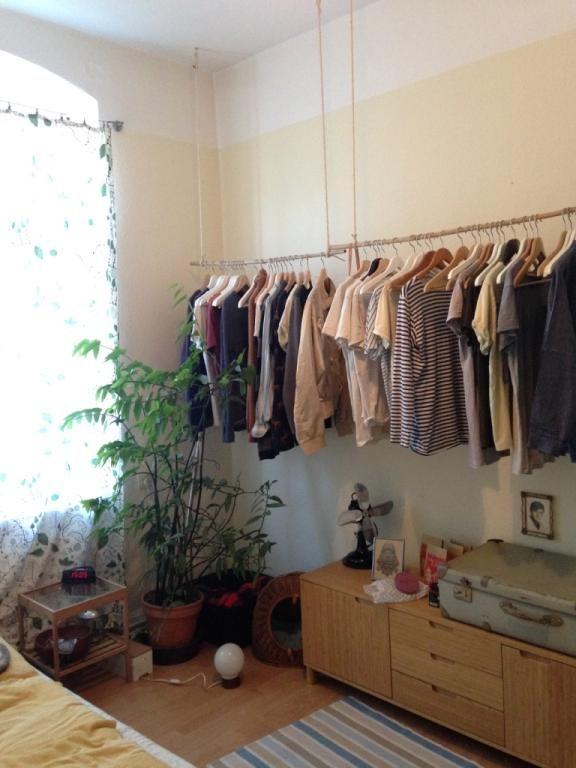 Eine Sehr Schon Organisierte Kleiderstange So Einfach Kannst Du Ohne Grossen Schrank Ordnung In Dein Zimmer Bringen Au 2 Zimmer Wohnung Kleiderstange Wohnung