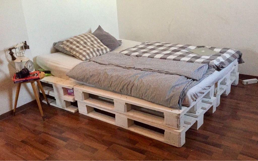 Schones Bett Aus Weissen Europaletten Einfach Schlicht Und Asthetisch Europaletten Diy Selfmade P Bett Aus Paletten Zimmer Einrichten Europaletten Bett