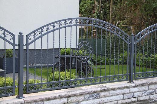 Ein Zaun Mit Einem Dezenten Pfosten Und Einem Kreisformigen Und