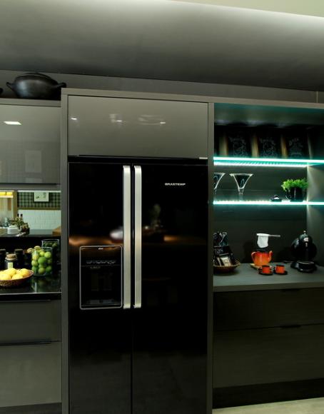Cozinha planejada com geladeira preta
