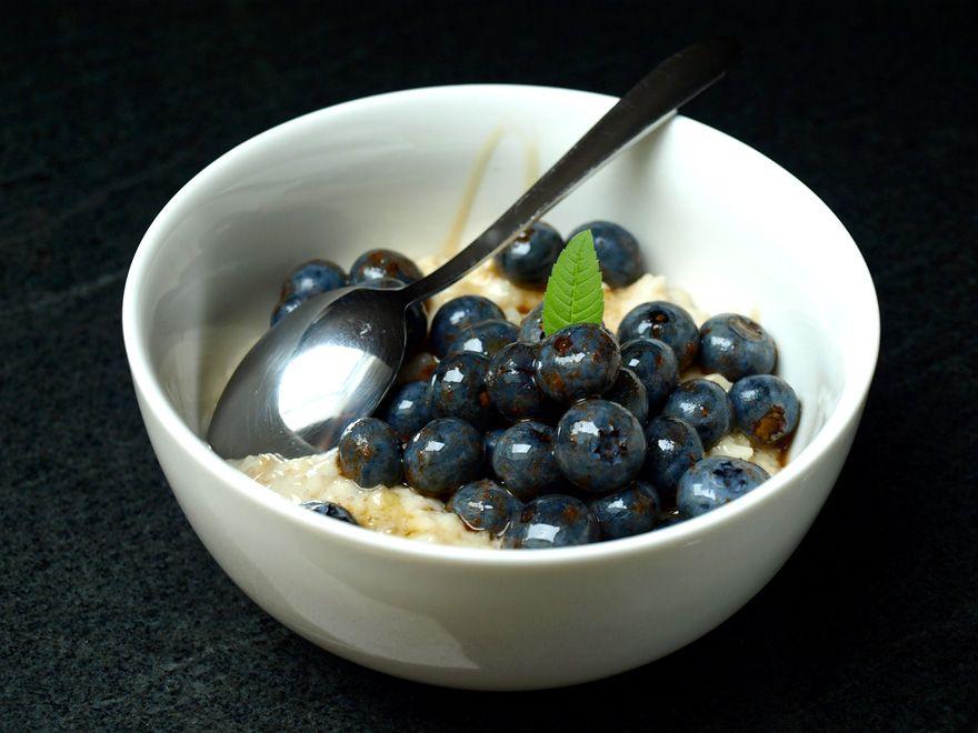 Flocons d'avoine crémeux aux myrtilles et à la cannelle #oatmeal #cinnamon #almondmilk