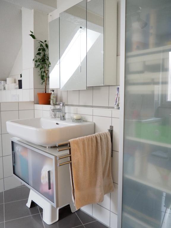 Schönes schlichtes Badezimmer mit großem Waschbecken und hellen