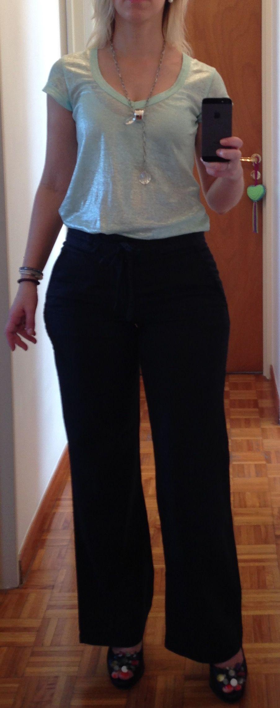 Outfit para La Oficina. Pantalón negro clásico de lino tiempo alto. Remera glitter agua marina y accesorio plata. Cuerpo tipo pera.