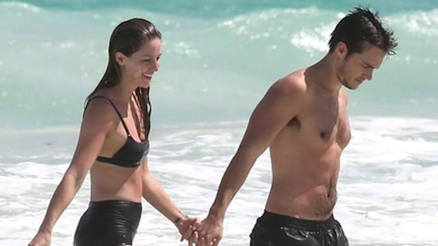 Supergirl Stars Melissa Benoist And Chris Wood Share A Sweet Kiss During Tropical Vacation Chris Wood Melissa Benoist Supergirl