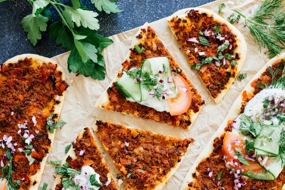 Vegane Turkische Pizza Mit Krautersauce Rezept Lebensmittel Essen Rezepte Turkische Pizza