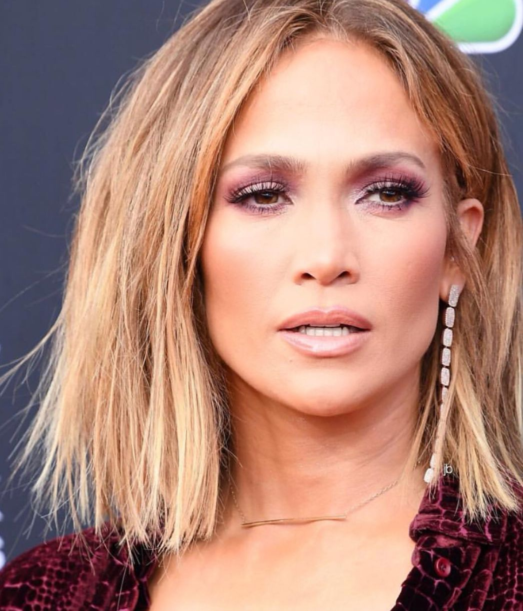cb7bea7ecc95 Jennifer Lopez at the Billboard Awards with bob short hair cut and messy  strands hair style  JLO  jenniferlopez