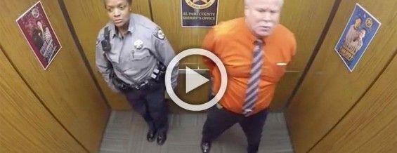 Están solos en el ascensor. Cuando la cámara los atrapó haciendo esto se hizo viral! #viral