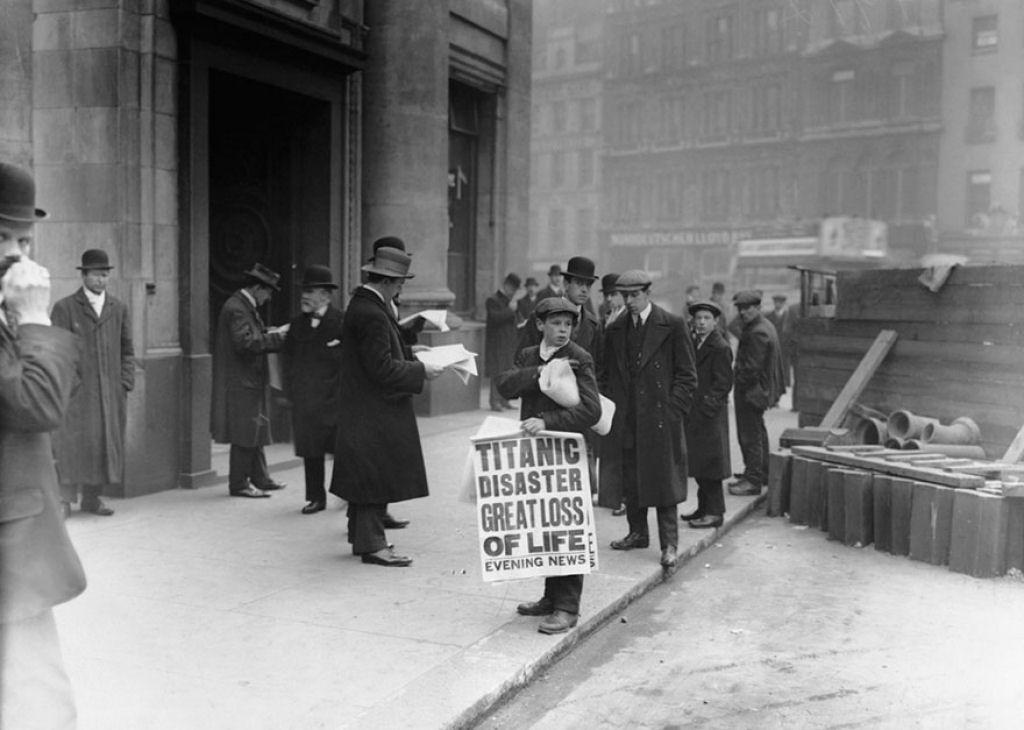 Jornaleiro Ned Parfett vendendo Evening News que estampa a manchete do naufrágio do Titanic na noite anterior, em 16 de abril de 1912