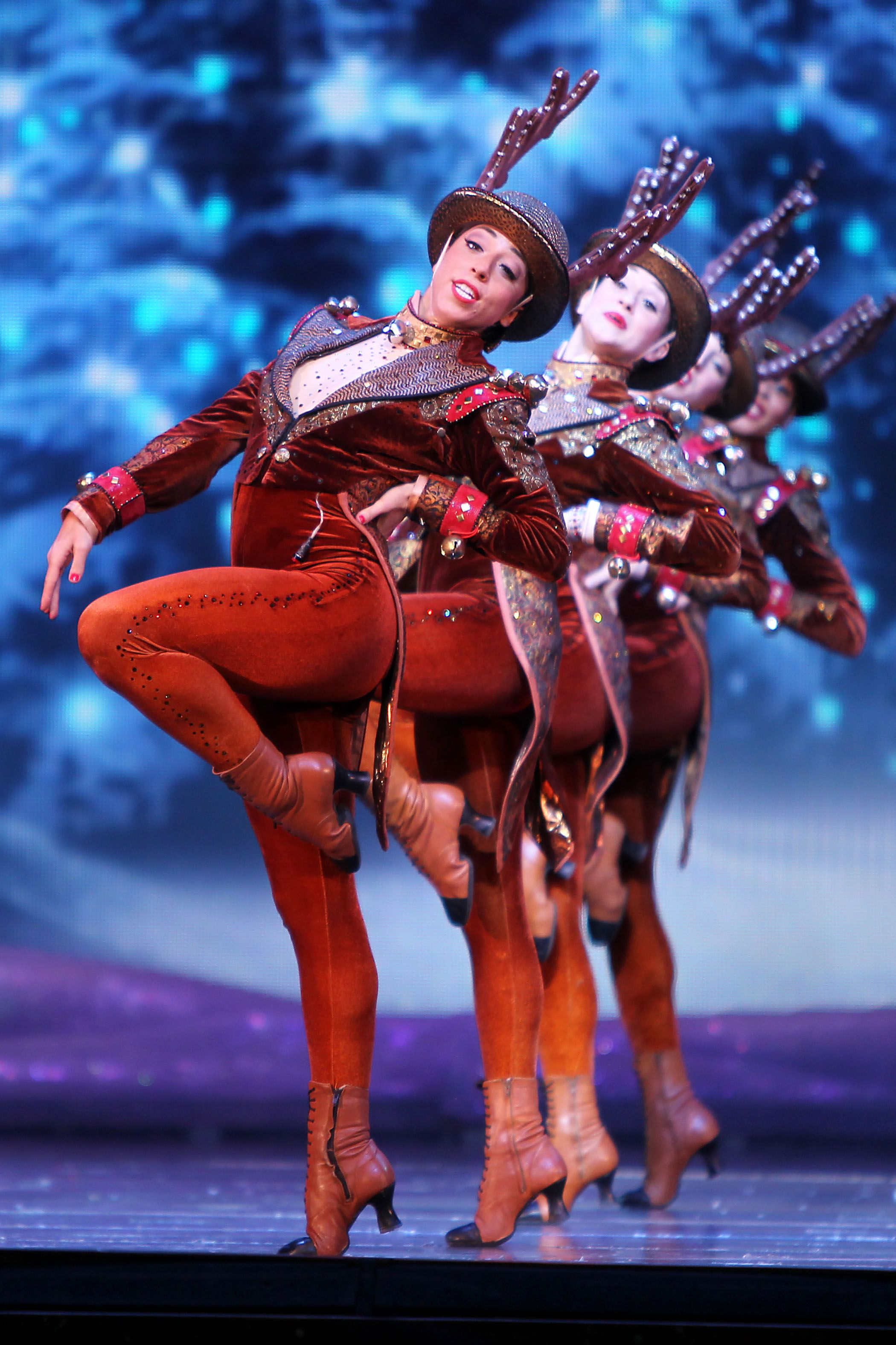 TheRockettes prance with precision as reindeer on opening night of ...