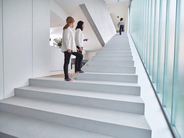 escalier toboggan d 39 int rieur en b ton rangements gain de place et sol en amenagement. Black Bedroom Furniture Sets. Home Design Ideas