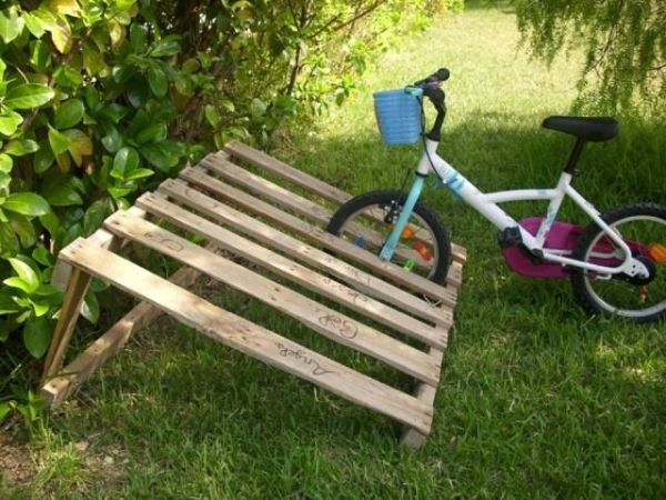 8 DIY Pallet Projects with Instructions - PALLET BICYCLE RACK by gracie