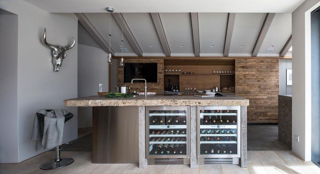 Lanhausküche mit Arbeitsplatte aus Muschelkalk Küchenideen - arbeitsplatten küche holz