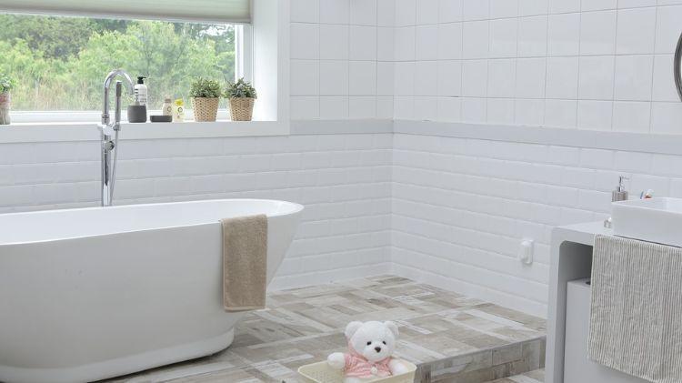 dusche vor fenster badezimmer einbauen installieren sichtschutz - folie für badezimmerfenster