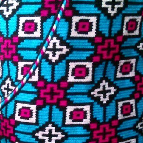 Un pequeño vistazo al detalle geometrico que compone esta mochila Wayuu, un deleite visual de color y tecnica ancentral.  #wayuu #wayuubags #colombia #maicao #bogota #medellin #cali #barranquilla #tradition #culture #indigenousart #hechoencolombia #hanmade #geometric #fblogger #outfit #trends #bloggerfashion #southamerica #world