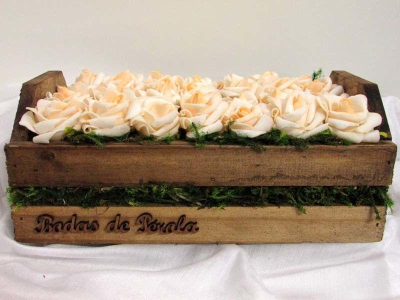 A beleza do campo prevalece neste cachepô rústico de madeira decorado com mini botões de rosas de EVA na cor creme. A caixa possui formato de caixote de feira e as palavras Bodas de Pérola de mdf colada na frente. Uma linda opção para presentear em Bodas de Pérolas. Colocamos as iniciais do casal como cortesia! <br> <br>Medidas do cachepô: 15 x 16 x 25 cm (larg x alt x comp) <br> <br>Material: flores de EVA, madeira envernizada. <br> <br>Prazo para postagem: 5 dias úteis após a confirmação…