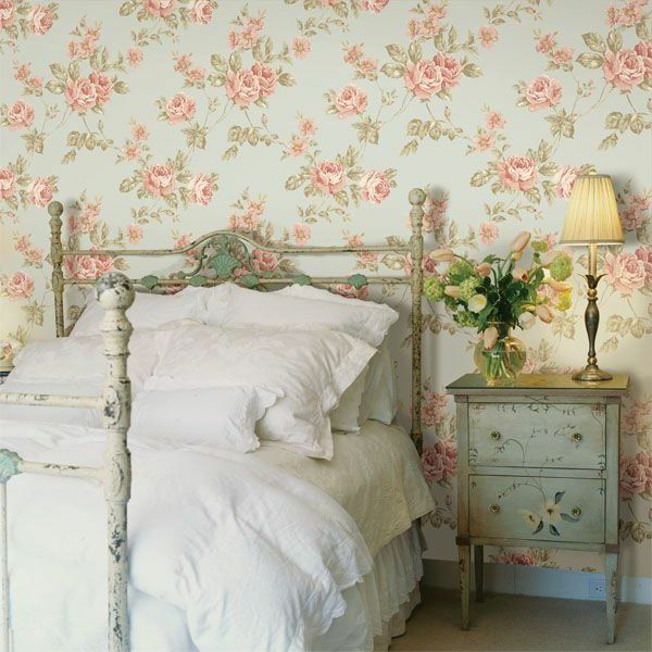 schlafzimmer gestalten tapeten landhausstil weiße bettwäsche ...