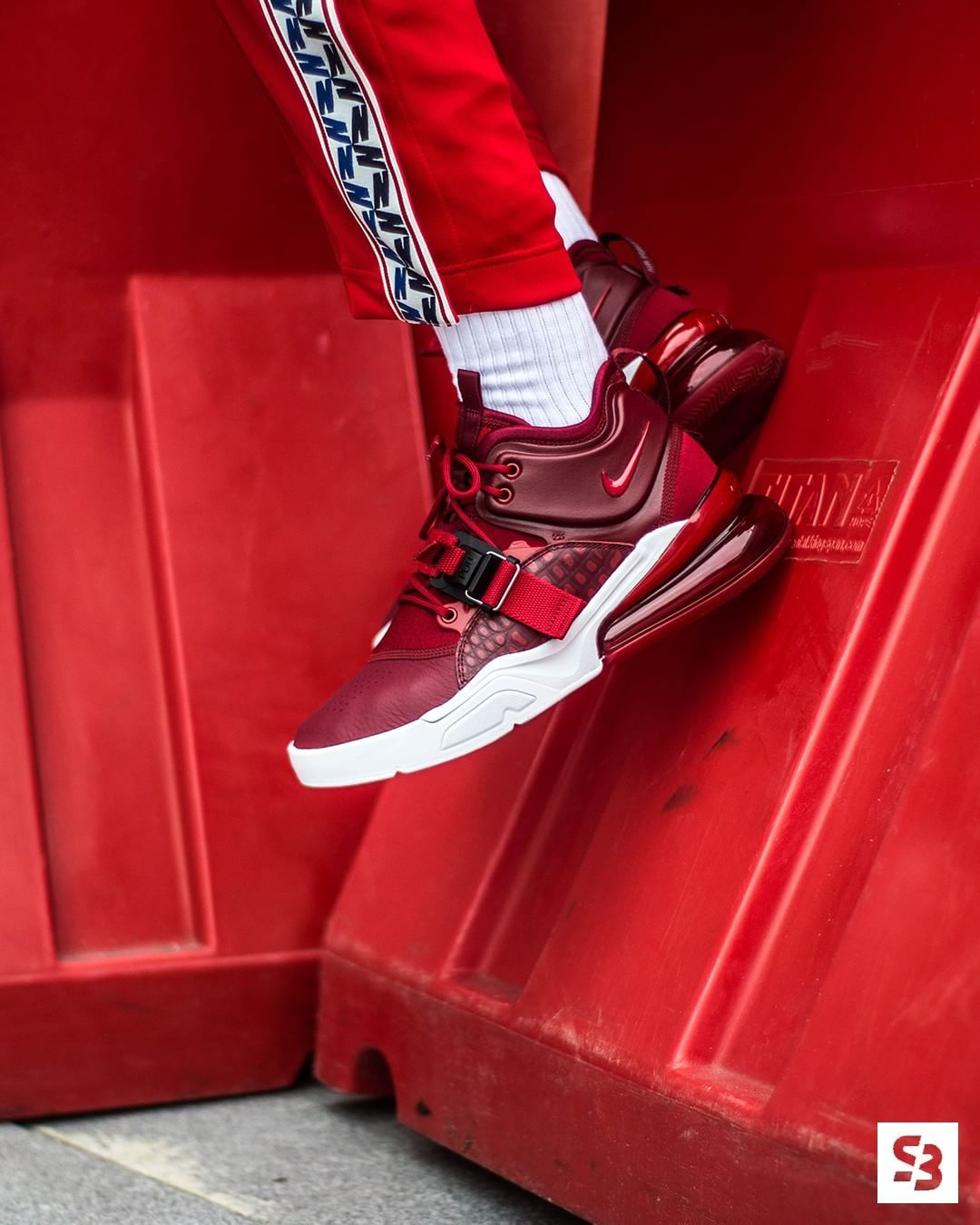 """the best attitude 943ce 5a2d8 ow online available Sneakerbaas. 270 degrees of Air, now in an Air Force  fit. The ultimate comfort in a """"Team Red"""" colorway. The sneaker"""