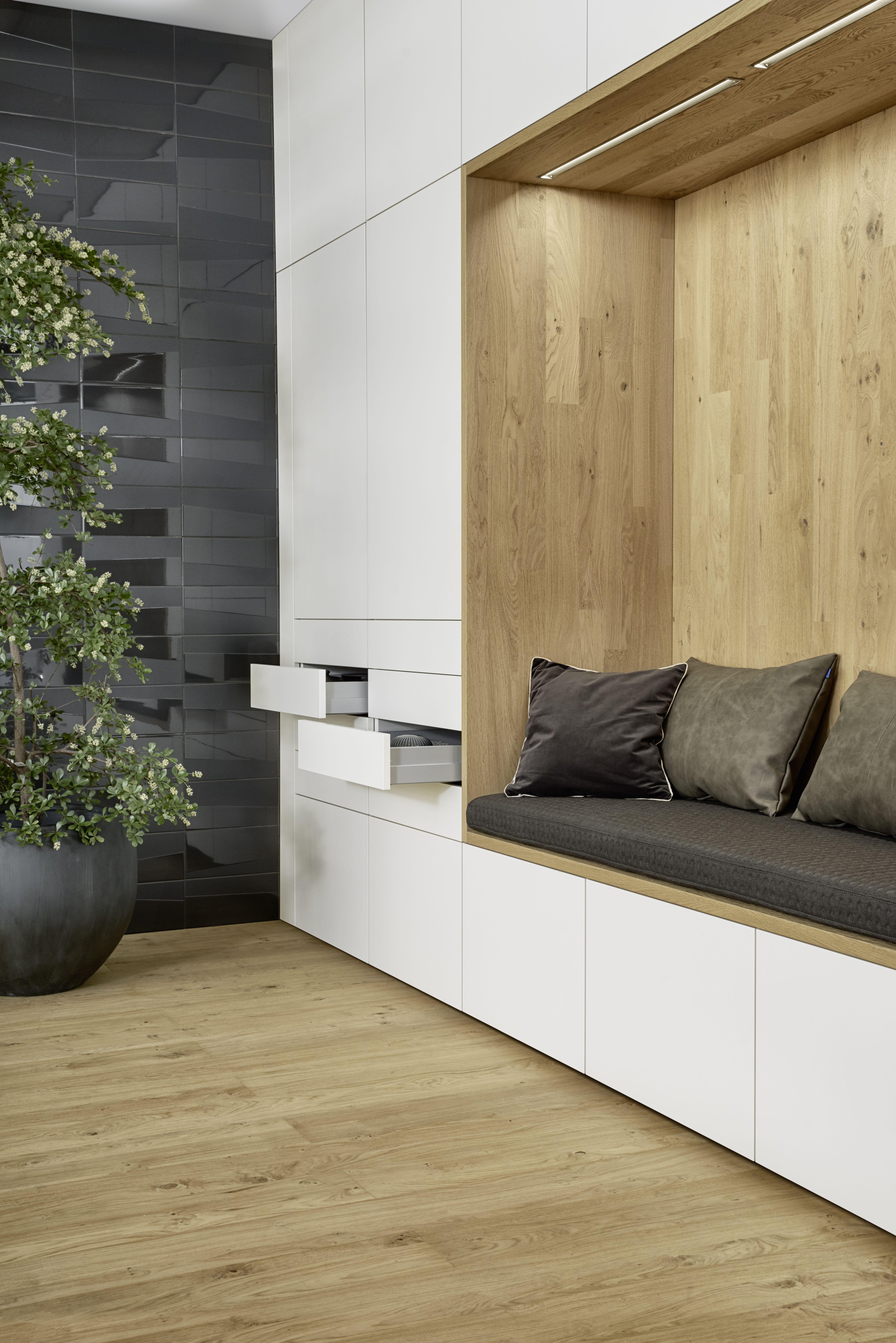 LEICHT BONDI-E | XYLO #Sitzecke #Sitzbank #Küchenraum #weißeKüche #modern #solebich #Küchentraum #weiß #Holz