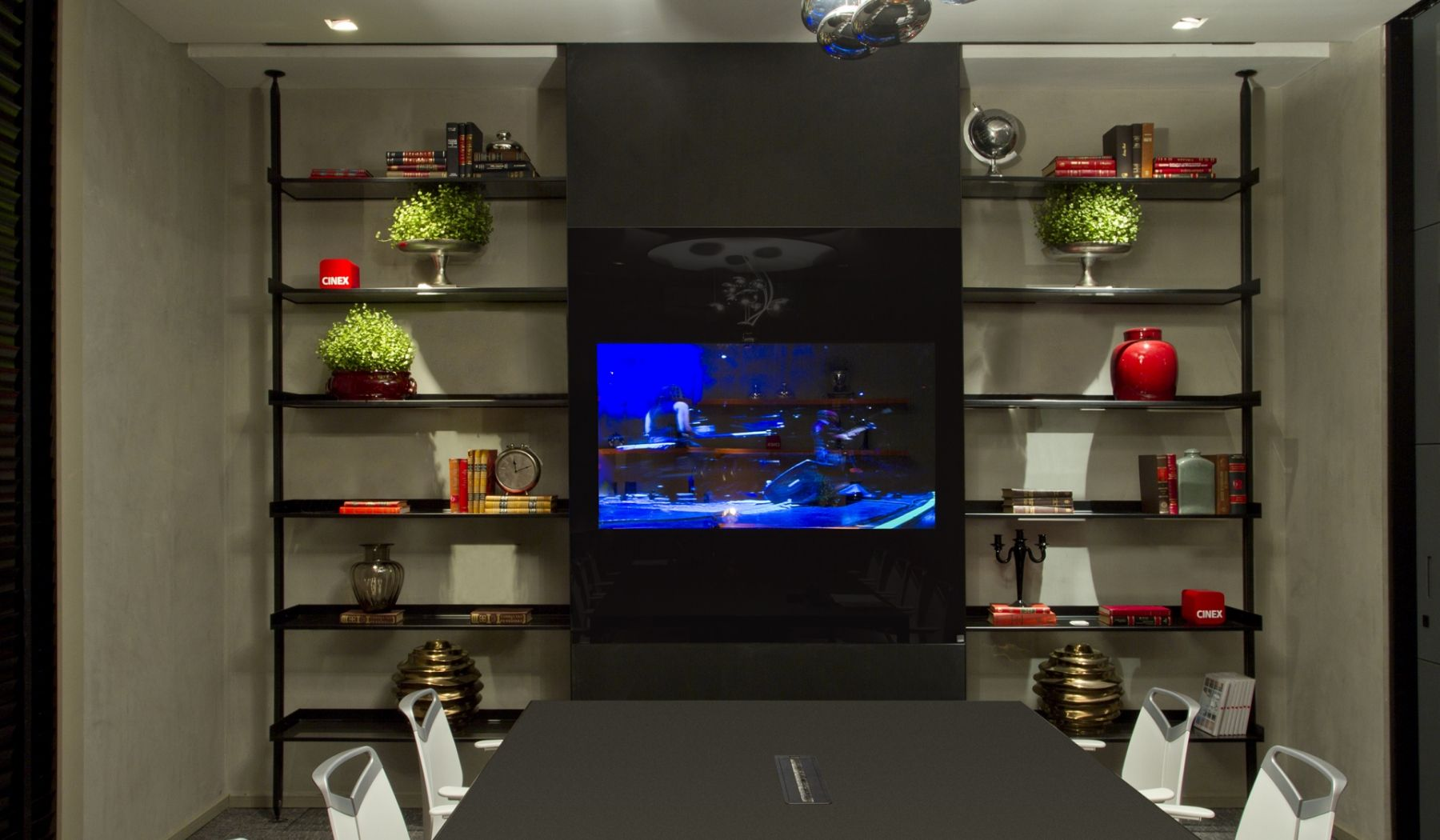 A Sumisura tem produtos sob medida para o seu projeto de escritório. Olha que linda a composição deste ambiente: Painel Movie (com TV aplicada) à frente do Home System, uma estrutura bem versátil de prateleiras, mais as cadeiras Gripp Office (de design suíço) e a Mesa Byo Action, em alumínio e tampo de vidro, com calha para a passagem dos fios. Demais! #office #design #arquitetura #architecture #mesa #cadeira #alumínio #vidro #estante #TV #PainelMovie