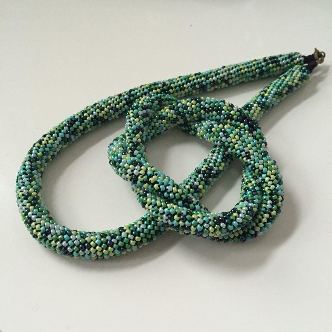 Halskette und verschlungenes Armband