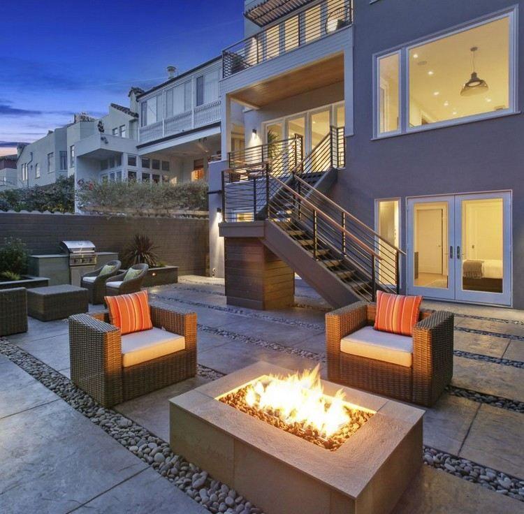feuerstelle auf der terrasse - bodenbelag aus steinplatten und, Garten seite