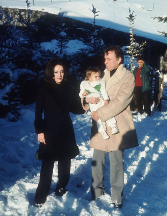 Elizabeth Taylor And Richard Burton Hold Her Granddaughter Leyla Elizabeth Taylor Michael Wilding Elizabeth Taylor Children
