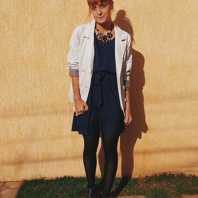 Começou o meu desafio #1lookporumasemana. A @lilianpacce lançou esse desafio para questionar a indústria da moda e quebrar paradigmas que com as redes sociais ficaram ainda mais fortes: NÃO repetir roupa. Não repetir roupa não faz sentido algum quando lembramos que a indústria da moda é uma das mais poluentes do mundo e que usamos em média apenas 7x uma peça. 😨 . Meu look da semana vai ser esse vestido azul marinho. Sim, apenas um vestido e cinco combinações completamente distintas! Me…