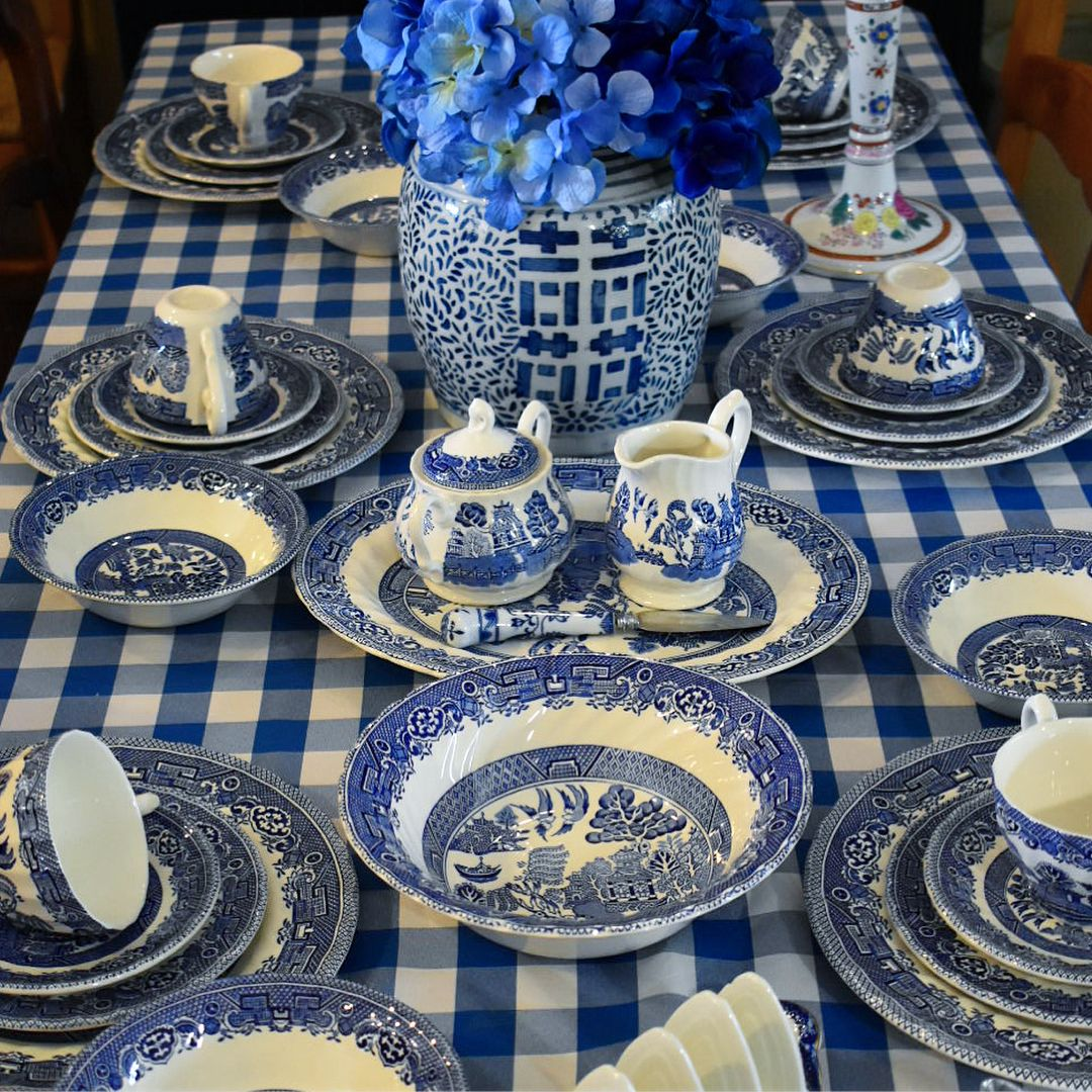7 5 Piece Settings Are Available This Is A Gorgeous Vintage Willow Setting By Myott Meakin E Blue Willow Dishes Blue And White Dinnerware Blue Willow China