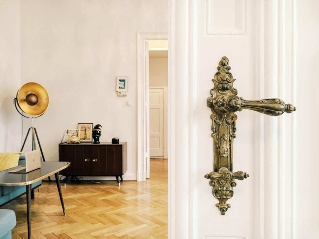 Office in schönem Berliner Altbau: Parkettboden, schöne antike Möbel ...