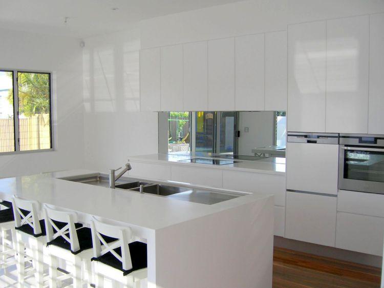 Spiegelwand Statt Fliesenspiegel In Der Modernen Kuche Moderne Weisse Kuchen Kuchendesign Kuche Mit Weissen Fliesen